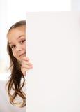 Den gulliga flickan rymmer det tomma banret Arkivbild