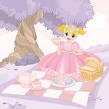 Den gulliga flickan som har picknicken parkerar in Arkivfoto