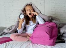 Den gulliga flickan som mycket känner sig, tröttade tidigt på morgonen inte att önska att få skolmogen arkivfoto