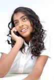 Den gulliga flickan som talar på mobil, ringer Royaltyfri Fotografi
