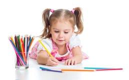 Den gulliga flickan som tecknar en bild med färg, pencils fotografering för bildbyråer
