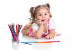Den gulliga flickan som tecknar en bild med färg, pencils Royaltyfri Foto