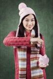 Den gulliga flickan sparar pengar i spargrisen Royaltyfri Fotografi