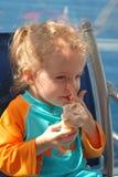 Den gulliga flickan tycker om en glasskotte, når han har simmat Royaltyfri Fotografi