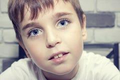Den gulliga fräknen vände mot pojken Arkivfoton