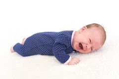 Den gulliga gråt behandla som ett barn flickan & x28; 2 months& x29; Royaltyfri Foto