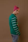 Den gulliga grabben i hipster beklär 90-tal som poserar i studio Royaltyfria Bilder
