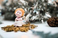 Den gulliga julängeln och gran lurar Härliga nya år sammansättning arkivbild