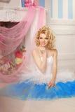 Den gulliga kvinnan ser som en docka i en söt inre Ungt nätt s Royaltyfri Foto