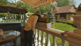 Den gulliga kvinnan sniffar de inlagda blommorna lager videofilmer