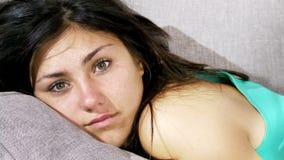Den gulliga kvinnan som kopplar av på soffadockan, sköt med ficklampan lager videofilmer