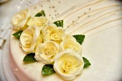 Den gulliga läckra bröllopstårtan dekorerade med kakor i formen av röda och vita rosor Arkivfoton