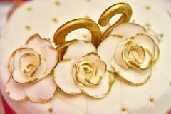 Den gulliga läckra bröllopstårtan dekorerade med kakor i formen av röda och vita rosor Royaltyfria Foton