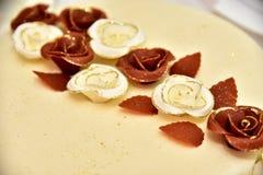 Den gulliga läckra bröllopstårtan dekorerade med kakor i formen av röda och vita rosor Royaltyfria Bilder