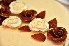 Den gulliga läckra bröllopstårtan dekorerade med kakor i formen av röda och vita rosor Arkivbild
