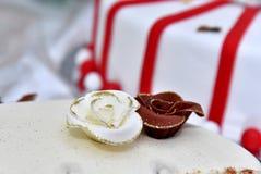Den gulliga läckra bröllopstårtan dekorerade med kakor i formen av röda och vita rosor Arkivbilder