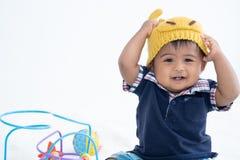 Den gulliga lilla asiatet behandla som ett barn pojken arkivfoto