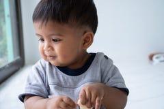 Den gulliga lilla asiatet behandla som ett barn pojken royaltyfri fotografi