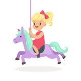 Den gulliga lilla blonda flickaridningen på karusellhästen, unge har en gyckel i illustration för nöjesfälttecknad filmvektor vektor illustrationer