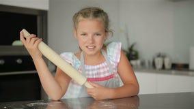 Den gulliga lilla flickan hj?lper att laga mat Henne ` s husmor av k?ket Matlagning kommer med henne mycket gyckel arkivfilmer