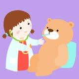Den gulliga lilla flickan läker björndockan Fotografering för Bildbyråer