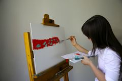Den gulliga lilla flickan målar bilden Arkivbilder