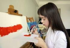 Den gulliga lilla flickan målar bilden Arkivfoton
