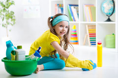 Den gulliga lilla flickan rentvår ett golv Arkivfoto