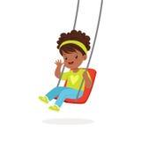 Den gulliga lilla flickan som spelar gunga, unge har en gyckel på en illustration för lekplatstecknad filmvektor vektor illustrationer