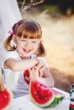 Den gulliga lilla flickan som spelar i sommar, parkerar. Utomhus- Fotografering för Bildbyråer