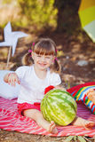 Den gulliga lilla flickan som spelar i sommar, parkerar. Utomhus- Arkivbilder