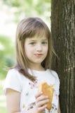 Den gulliga lilla flickan tycker om att äta hennes favorit- giffel royaltyfria bilder