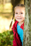 Den gulliga liten flicka leker i park royaltyfri foto