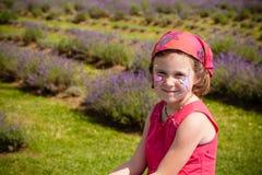 Flickan i en lavendel sätter in Arkivfoto