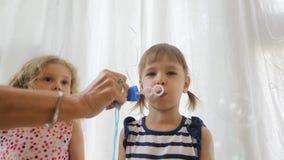 Den gulliga liten flicka slår såpbubblor lager videofilmer