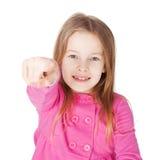 Den gulliga liten flicka som pekar henne, fingrar Arkivfoto