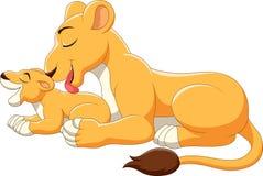 Den gulliga modern och behandla som ett barn lejontecknade filmen royaltyfri illustrationer