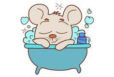 Den gulliga musbadningen i badet badar Royaltyfri Bild
