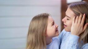 Den gulliga närbilden behandla som ett barn fröjd för flicka och för ung kvinna och att bedra tillsammans rörande nässidosikt lager videofilmer
