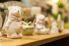 Den gulliga nallebjörnen för vit jul som göras av porslin, är på hyllan i bakgrunden andra xmas-leksaker Arkivbilder