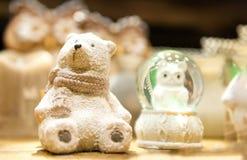 Den gulliga nallebjörnen för vit jul som göras av porslin, är på hyllan i bakgrunden andra xmas-leksaker Arkivbild