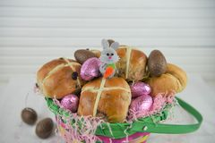 Den gulliga påskkorggåvan fyllde med garnering för chokladägg och för påskkaninen Royaltyfria Bilder