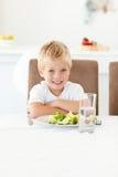 den gulliga pojken äter hans little klara sallad till Royaltyfri Fotografi