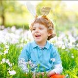 Den gulliga pojken för den lilla ungen med påskkaninen gå i ax fira det lyckliga barnet för den traditionella festmåltiden som le arkivfoton