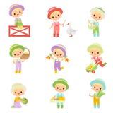 Den gulliga pojken i overaller, gummistöveler och hatt kopplade in i jordbruksdriftuppsättningen, den unga bonden Cartoon Charact stock illustrationer