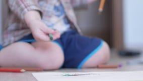 Den gulliga pojken i roliga exponeringsglas drar med båda händer på pappers- hemmastatt lager videofilmer