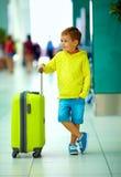 Den gulliga pojken med bagage i flygplats, ordnar till för sommarferier Arkivbilder