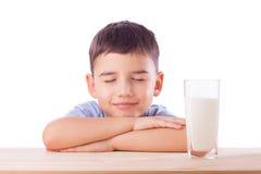 Den gulliga pojken med mjölkar exponeringsglas Arkivfoto