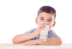 Den gulliga pojken med mjölkar exponeringsglas Royaltyfri Bild