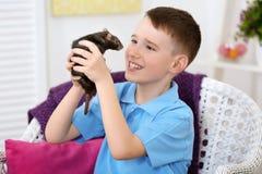Den gulliga pojken med roligt tjaller Royaltyfri Fotografi